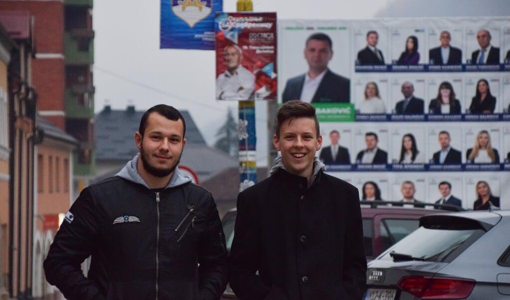 Studenten Haris Mujic en Hamed Suljic in het centrum van Srebrenica: 'Zo'n kandidaat kun je toch niet serieus nemen?'  (beeld Marjolein Koster)