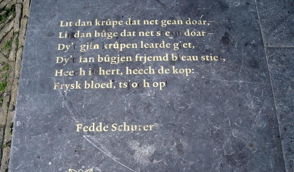 Het gedicht van Fedde Schurer, Wilhelminaplein, Leeuwarden.  (beeld paleis van Justitie (Leeuwarden) / wikimedia commons)
