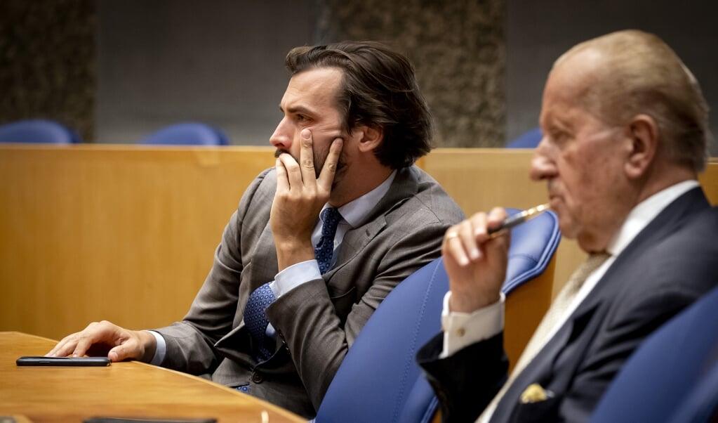 Thierry Baudet en Theo Hiddema, naast elkaar in de Tweede Kamer tijdens het wekelijkse vragenuur. Hiddema kondigde dinsdag zijn vertrek aan.   (beeld anp / Koen van Weel)