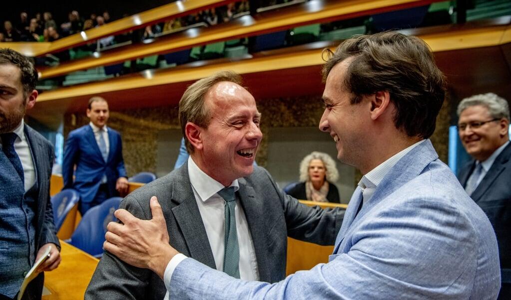 SGP-leider Kees van der Staaij feliciteert FvD-voorman Thierry Baudet met zijn winst tijdens de Provinciale Statenverkiezingen, maart 2019.  (beeld anp / Robin Utrecht)