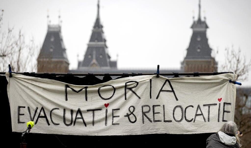 Een demonstratie in Amsterdamse voor een nieuw nationaal en Europees asiel- en migratiebeleid.  (beeld anp / Koen van Weel)