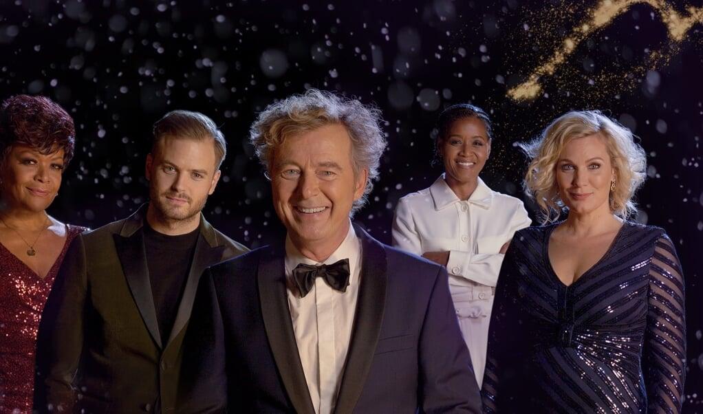 Vanavond verrast Bert van Leeuwen verschillende mensen. Marlijn Weerdenburg (rechts op de foto) zingt kerstliederen.  (beeld eo)