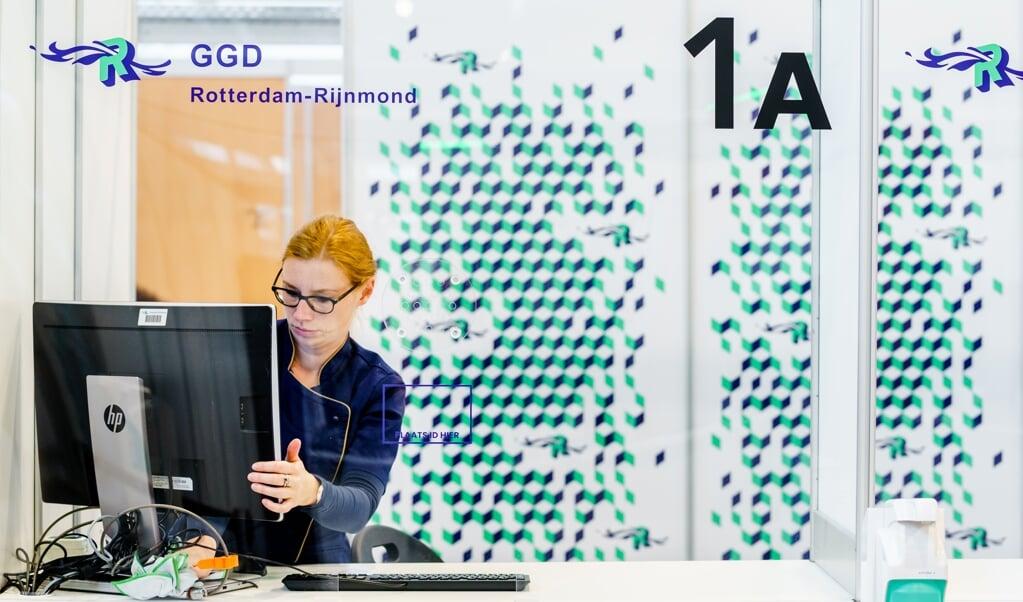 In Rotterdam werd de afgelopen maand een qua testcapaciteit extra grote coronateststraat opgeleverd, op initiatief van de GGD. Het heeft soms nogal wat voeten in de aarde om voor een prioriteitstest in aanmerking te komen.  (beeld anp / Marco de Swart)