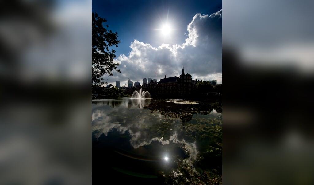 De vijver bij het Binnenhof en daarachter de torens van een aantal ministeries.  (beeld anp / Koen van Weel)