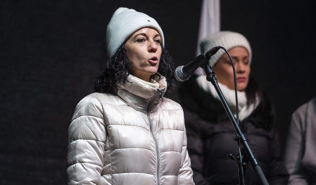 Tímea Szabó, leider van het centrumlinkse Dialoog voor Hongarije, steunt de oproep van economen aan premier Orbán om zijn verzet tegen de EU te staken.  (beeld epa / Boglarka Bodnar)