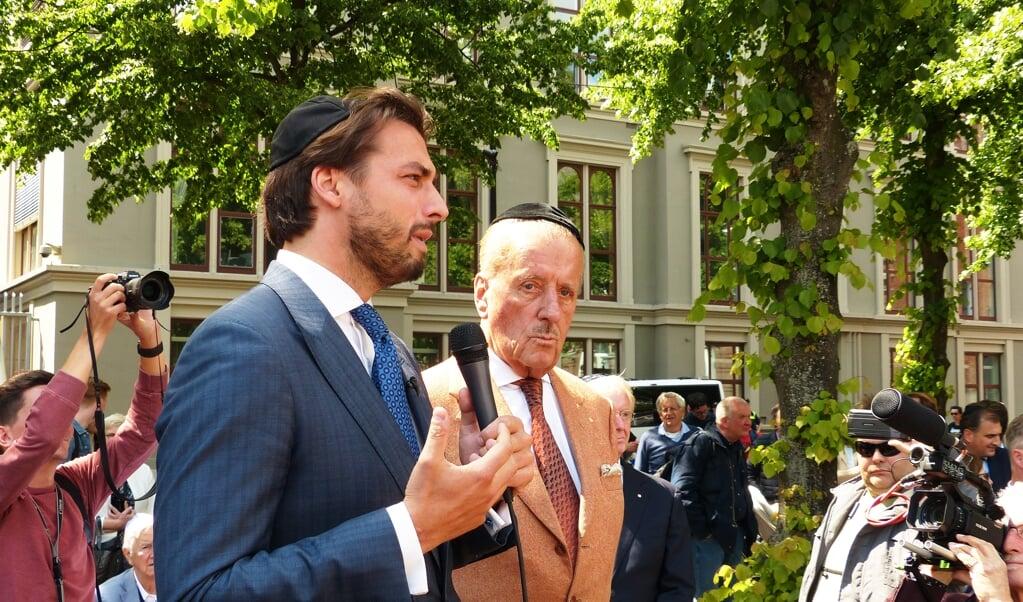 Thierry Baudet en Theo Hiddema zijn sprekers tijdens de demonstratie van het Centrum voor informatie en documentatie Israël (CIDI) tegen antisemitisme. Beiden dragen daarbij een keppeltje.   (beeld Hollandse Hoogte / Berry Stokvis)