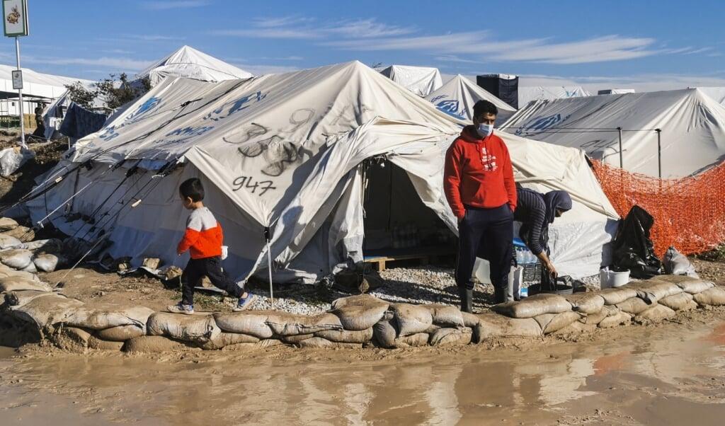 Een vluchteling voor zijn tent in het nieuwe vluchtelingenkamp op Lesbos.  (beeld afp / Anthi Pazianou)