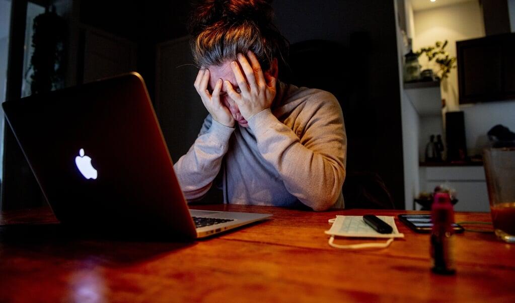 Uit onderzoek blijkt dat drie op de vier mensen met psychische klachten negatieve gevolgen ervaren door de coronamaatregelen. Zoals angst, oplopende spanning en stress, eenzaamheid, somberheid en depressie.  (beeld hollandse hoogte / Robin Utrecht)