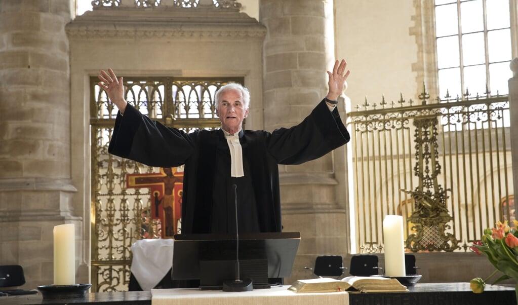 Predikant Bernard Van Verschuer tijdens de opnames van de paasmis in de Laurenskerk.  (beeld anp / Arie Kievit)