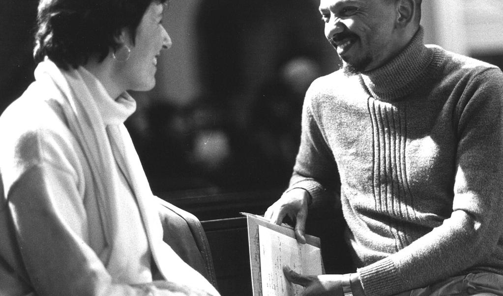 Farid Esack in 1988 in Amsterdam, in gesprek met Ina Brouwer van de CPN.  (beeld anp)