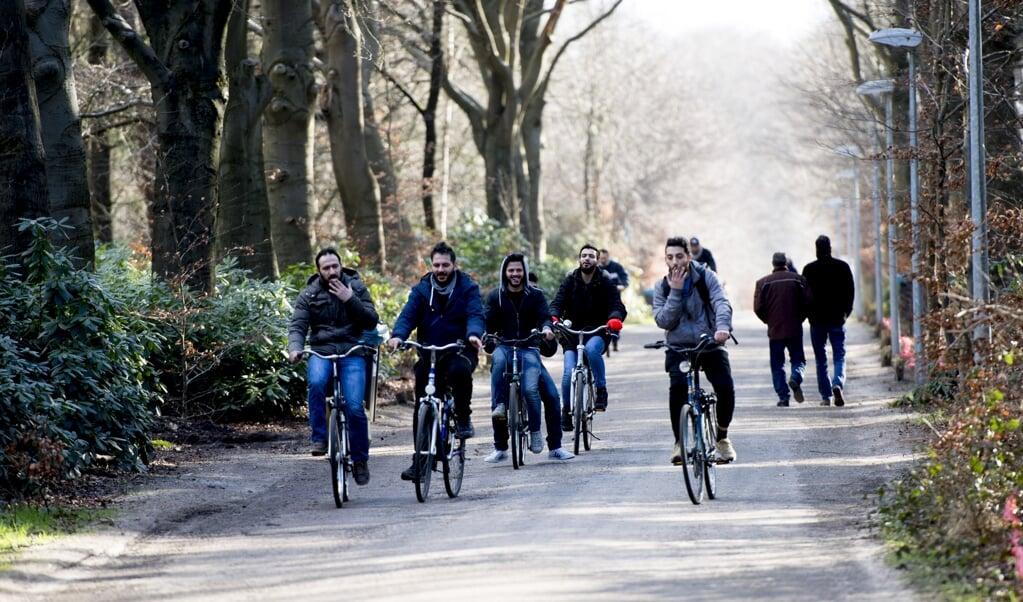 Vluchtelingen houden zich op, wandelen fietsen fiets , bij kamp Heumensoord.  (beeld anp / Robin Utrecht)