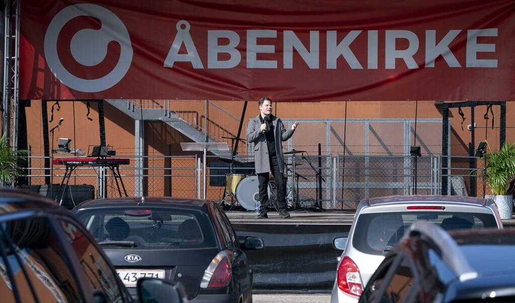 Deense christenen wonen ten tijde van de coronacrisis een drive-in kerkdienst bij in Kopenhagen.   (beeld epa / Claus Bech)