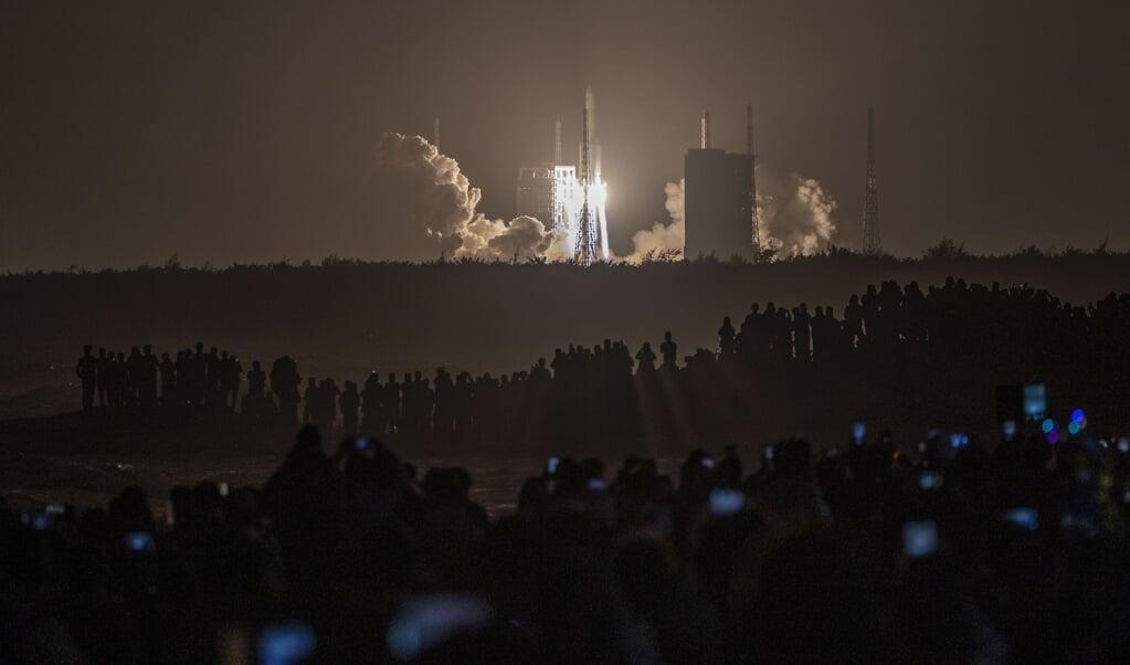 Raket Chang'e-5 wordt gelanceerd op het Wenchang Space Center.  (beeld afp)