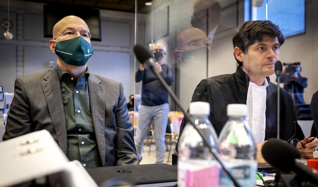 Directeur Donald Pols (links) van Milieudefensie en advocaat Roger Cox in de rechtbank waar Milieudefensie samen met zes andere organisaties een zaak heeft aangespannen tegen Royal Dutch Shell.   (beeld anp / Robin van Lonkhuijsen)