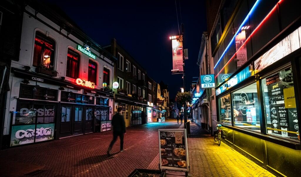 Lege cafés aan het Stratumseind in Eindhoven, de langste kroegstraat van Nederland.   (beeld anp / Rob Engelaar)