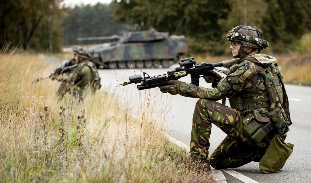 Een legeroefening op de Utrechtse Heuvelrug, oktober dit jaar. De wereld wordt onveiliger en onvoorspelbaarder, het vredesdividend is opgebruikt. Dat vraagt om hogere defensie-uitgaven.  (beeld anp / Sem van der Wal)