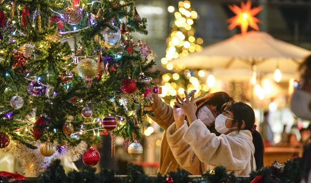 Winkelend publiek bij een kerstshow in Japan. De Japanse regering maakte bekend dat reizigers uit het Verenigd Koninkrijk vanaf donderdag worden geweerd.  (beeld Epa/kimimasa Mayama)