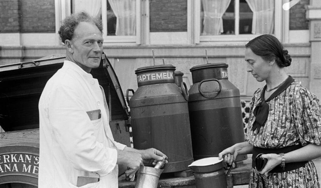 Een melkboer gaat met melk langs de huizen. Den Haag, 1943.  (beeld Menno Huizinga)