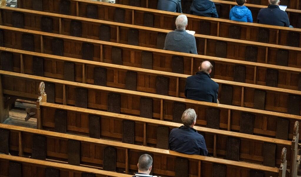 Bezoekers tijdens de viering in de Vituskerk.  (beeld anp / Jeroen Jumelet)
