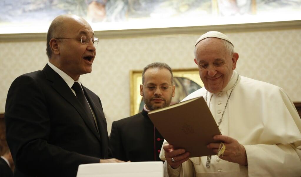 President Barham Salih van Irak (links) bracht op 25 januari 2020 een bezoek aan paus Franciscus.   (beeld Domenico Stinellis / afp)