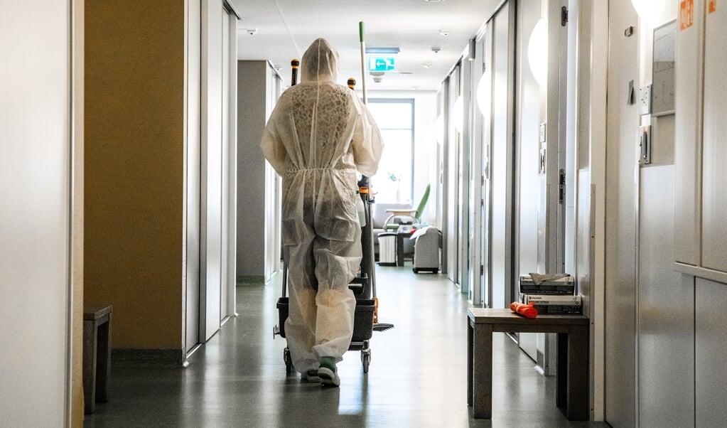 Een zorgmedewerker aan het werk.  (beeld anp / Jeffrey Groeneweg)