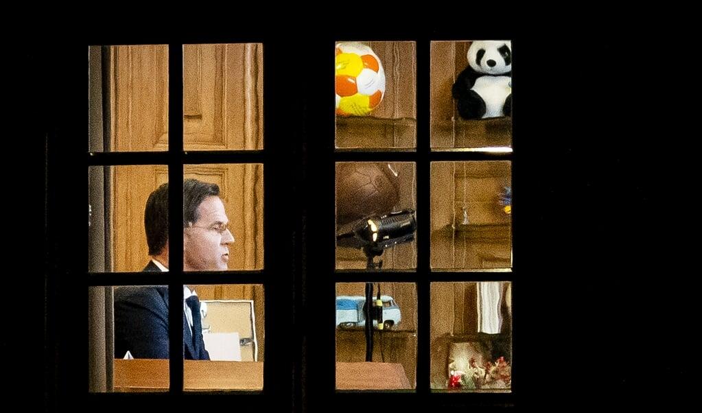 Premier Mark Rutte tijdens de afkondiging van de lockdown, om de forse stijging van het aantal coronabesmettingen om te buigen.  (beeld anp / Sem van der Wal)