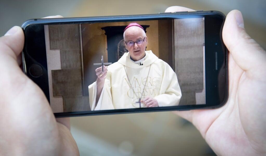Bisschop Charles Morerod van het Zwitserse bisdom Lausanne-Genève-Fribourg tijdens een online-eucharistieviering.  (beeld Epa/Laurent Gillieron)