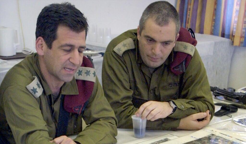 Aviv Kohavi (links), chef-staf van het Israëlische leger, op een archieffoto. 'Onze boodschap is duidelijk: we zullen zo krachtig mogelijk blijven optreden tegen de Iraanse verschansing in Syrië.'  (beeld afp / Gali Tibbon)
