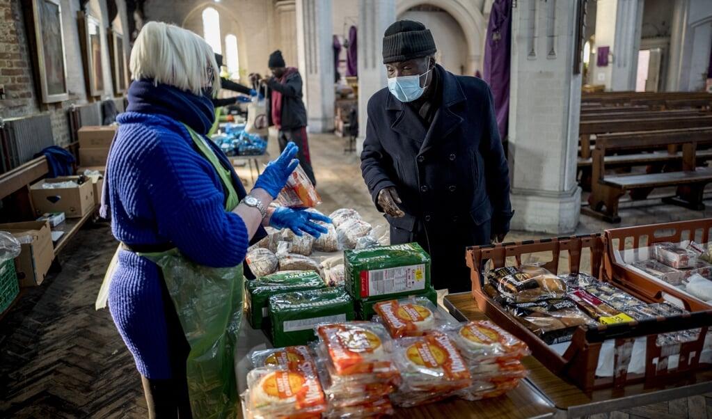 Een voedselbank in St Margaret's Church in Leytonstone, Oost-Londen, tijdens de eerste coronagolf.  (beeld afp / Tolga Akmen)