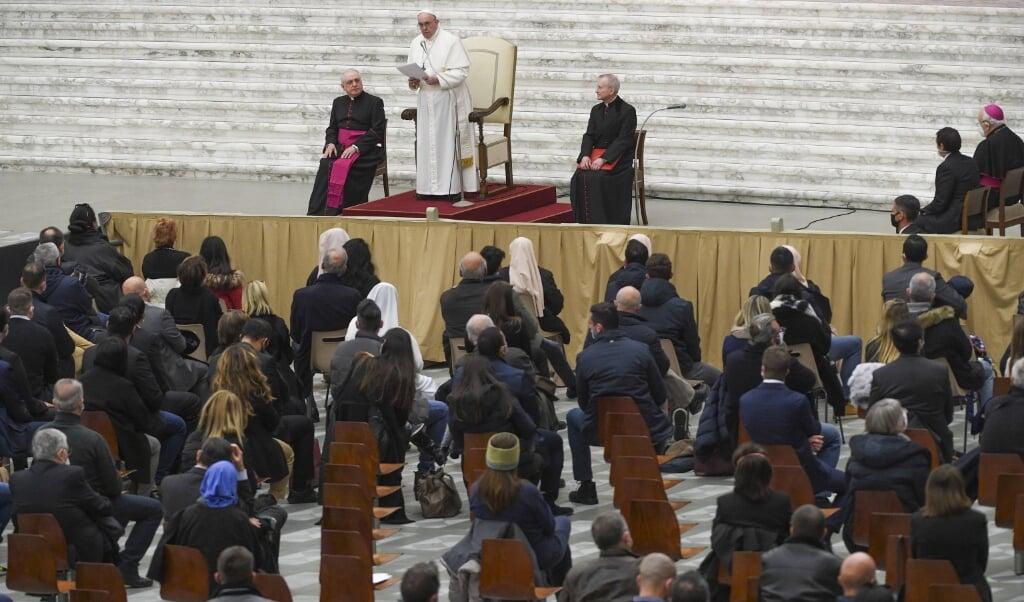 In zijn kersttoespraak tot alle werknemers van het Vaticaan beloofde de paus dat de huidige crisis niet tot gedwongen ontslagen zal leiden.  (beeld epa / Maurizio Brambatti)