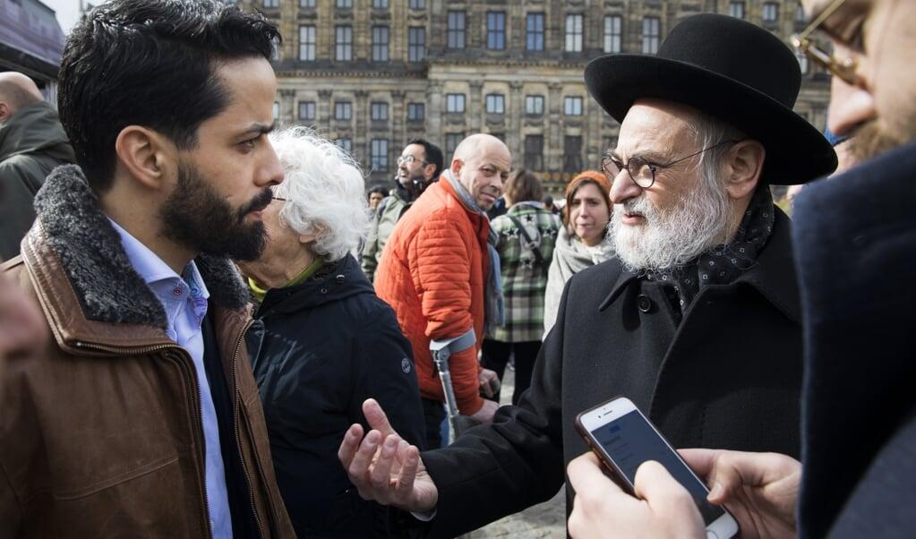 Imam Azzedine Karrat (links) en opperrabbijn Binyomin Jacobs spraken elkaar vorig jaar op de Dam in Amsterdam.  (beeld anp / Bart Maat)