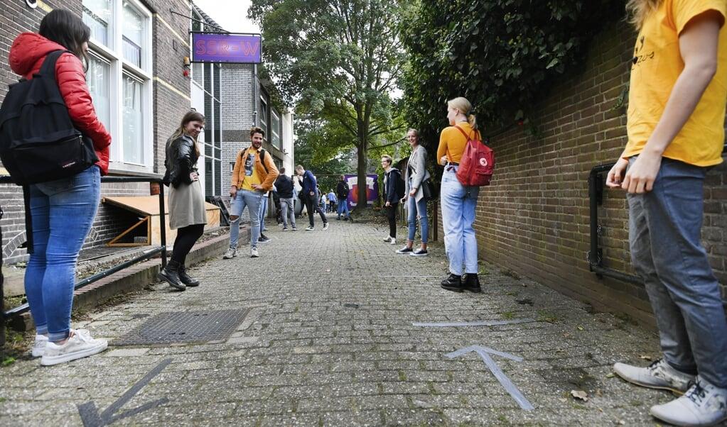 Eerstejaars studenten staan in de rij voor een mensamaaltijd bij studentenvereniging SSR-Wageningen. Bijna zeven op de tien studenten in het hoger onderwijs hebben een studielening.   (beeld anp / Piroschka van de Wouw)