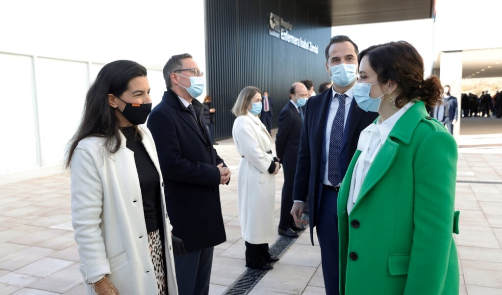 Madrid's regionale president Isabel Diaz Ayuso en haar vice Ignacio Aguado waren dinsdag bij de opening van het nieuwe Isabel Zendal ziekenhuis in de Spaanse hoofdstad.  (beeld epa / Chema Moya)