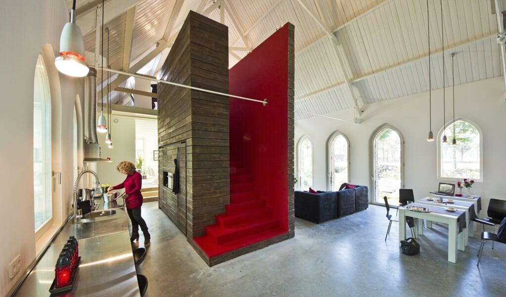 Het kerkje aan de Borculoseweg in Haarlo is omgetoverd tot een luxe woonhuis.  (beeld Vincent van den Hoven)