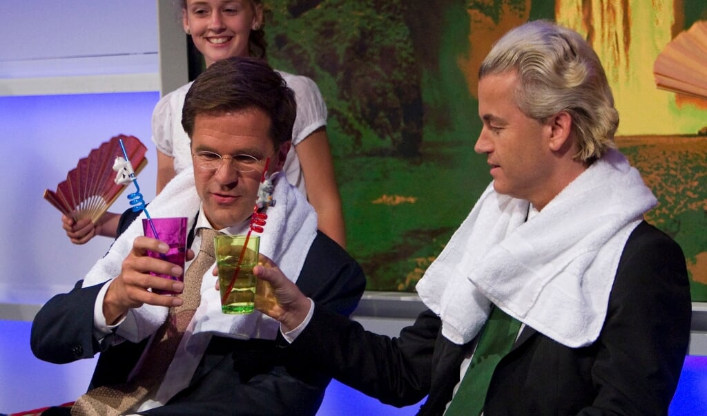 Mark Rutte en Geert Wilders genieten van een 'verwenmoment', na lastige vragen van kinderen, tijdens een speciale verkiezingsuitzending.  (beeld anp / Ed Oudenaarden)