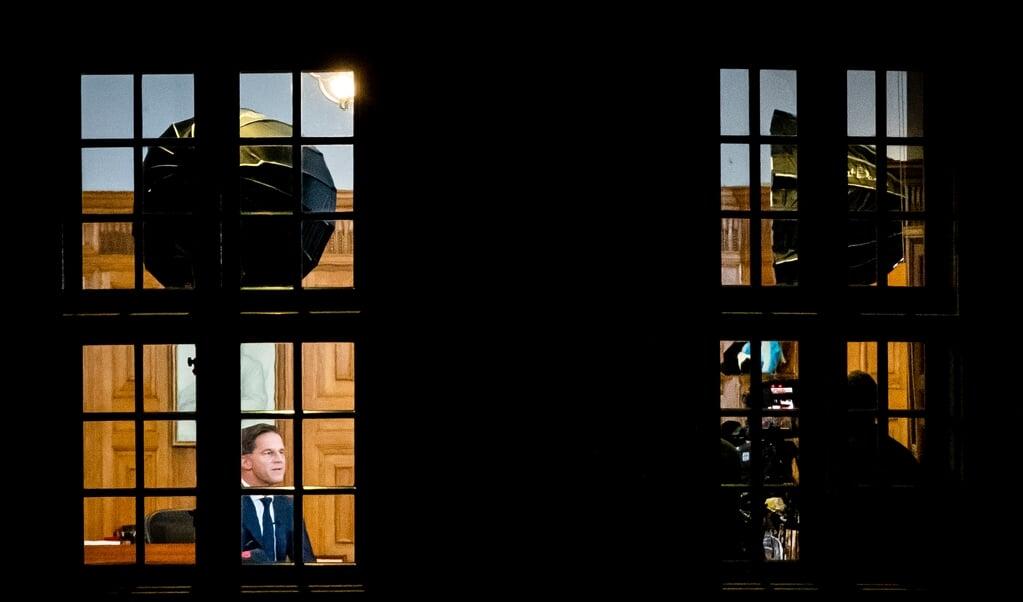 Premier Mark Rutte in zijn werkkamer in het Torentje tijdens zijn toespraak over de lockdown.   (beeld anp / Sem van der Wal)