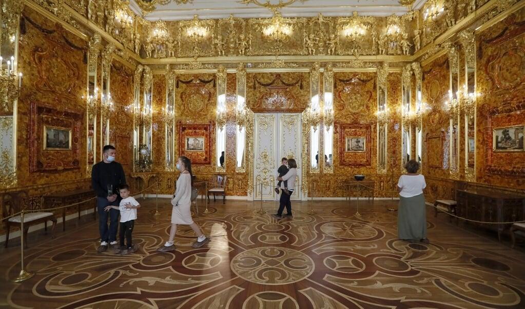 De nieuwe barnsteenkamer in het Catharinapaleis, ten zuiden van Sint-Petersburg.  (beeld epa / Anatoly Maltsev)