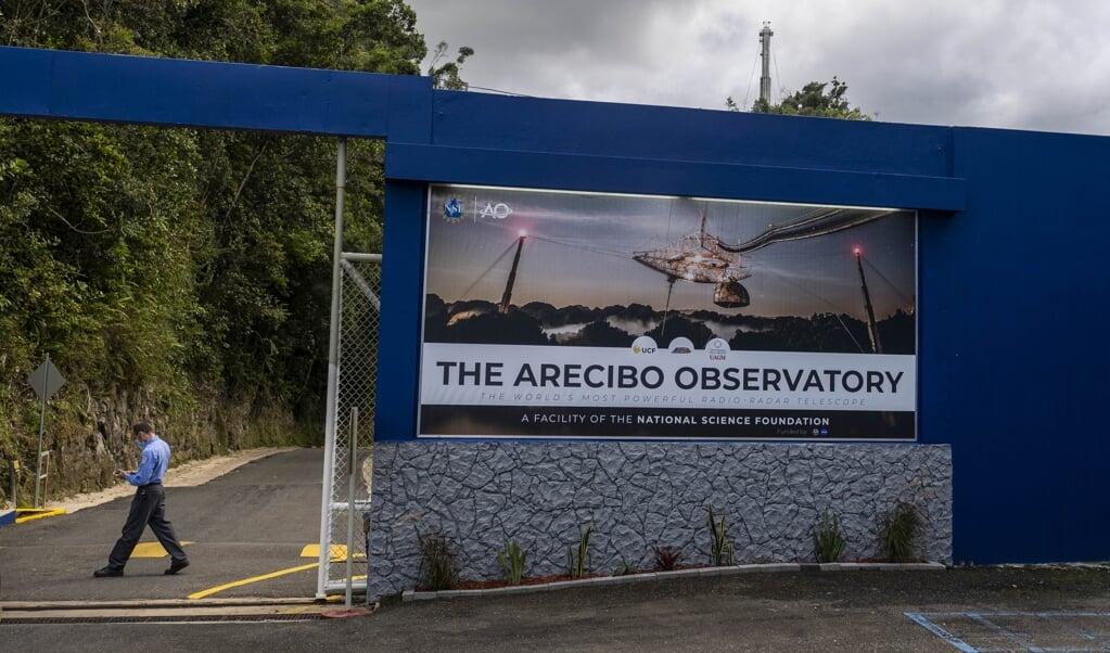 De entree van de Arecibo-radiotelescoop op Porto Rico.  (beeld afp / Ricardo Arduengo)