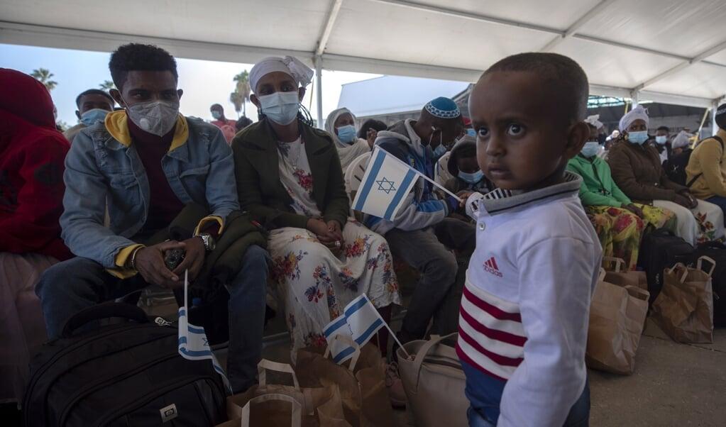 Ethiopische joodse immigranten wachten op het vliegveld Ben Gurion op hun Israëlische documenten.  (beeld epa / Atef Safadi)