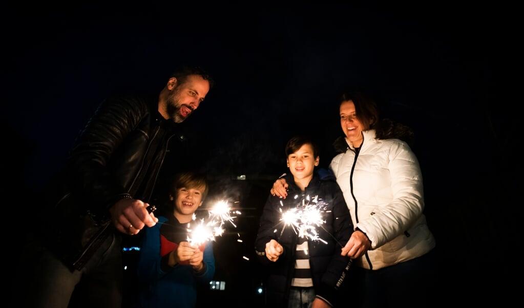 De oudste zoon van de familie heeft nog legaal vuurwerk kunnen regelen.  (beeld Jeroen Jumelet)