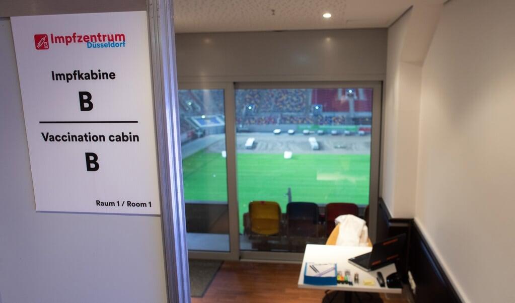 Door heel Duitsland worden honderden vaccinatiecentra ingericht, zoals hier in het stadion van voetbalclub Fortuna Düsseldorf.   (beeld afp / Federico Gambarini)