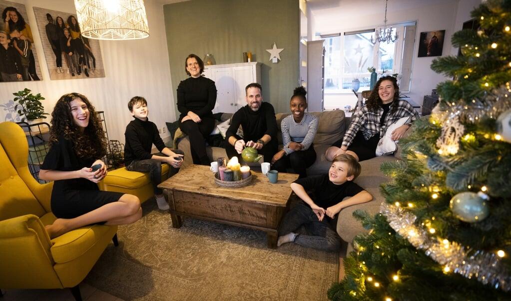 Dit jaar verzorgen de kinderen het kerstdiner.  (beeld Jeroen Jumelet)