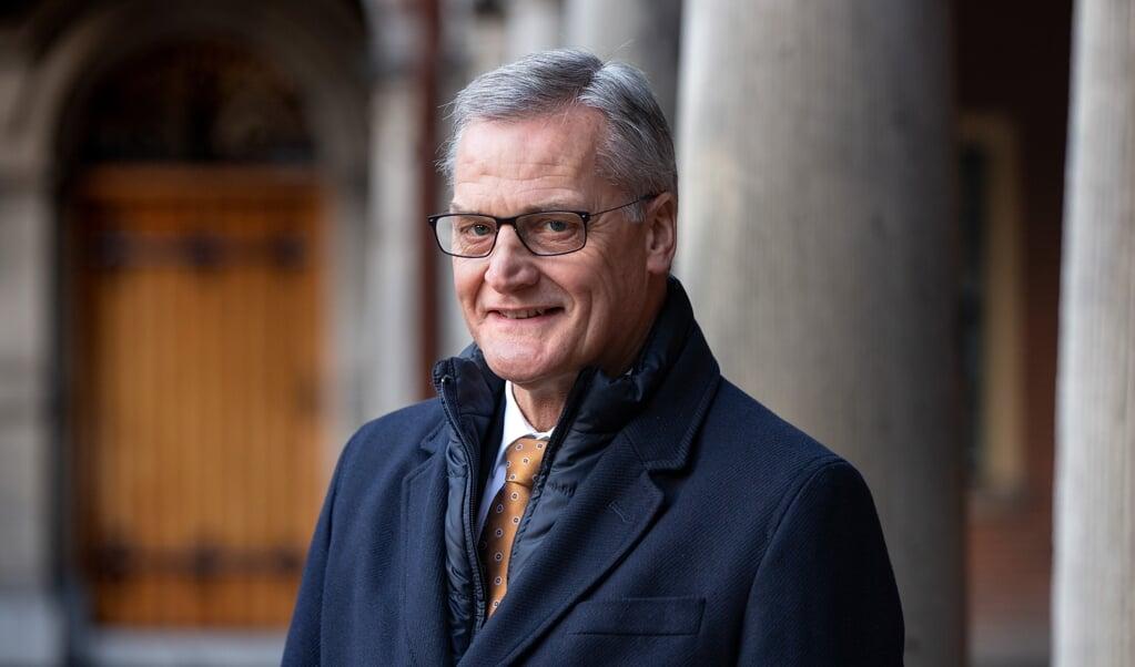 SGP-senator Peter Schalk heeft vanuit zijn werkkamer in de Eerste Kamer zicht op de Grote Kerk in Den Haag. Bijbel en tablet zijn altijd binnen handbereik.  (beeld Dirk Hol)