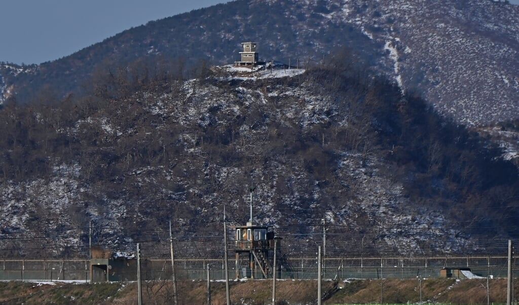 De grens tussen Noord- en Zuid-Korea, met zicht op Noord-Korea  (beeld Jung Yeon-je / afp)