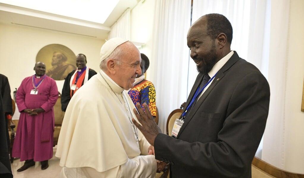 Paus Franciscus ontving in april 2019 de politieke tegenstanders in Zuid-Soedan gezamenlijk in het Vaticaan. Hier ontmoet hij Salva Kiir Mayardit, de president van het land.   (beeld Epa/Vatican Media)