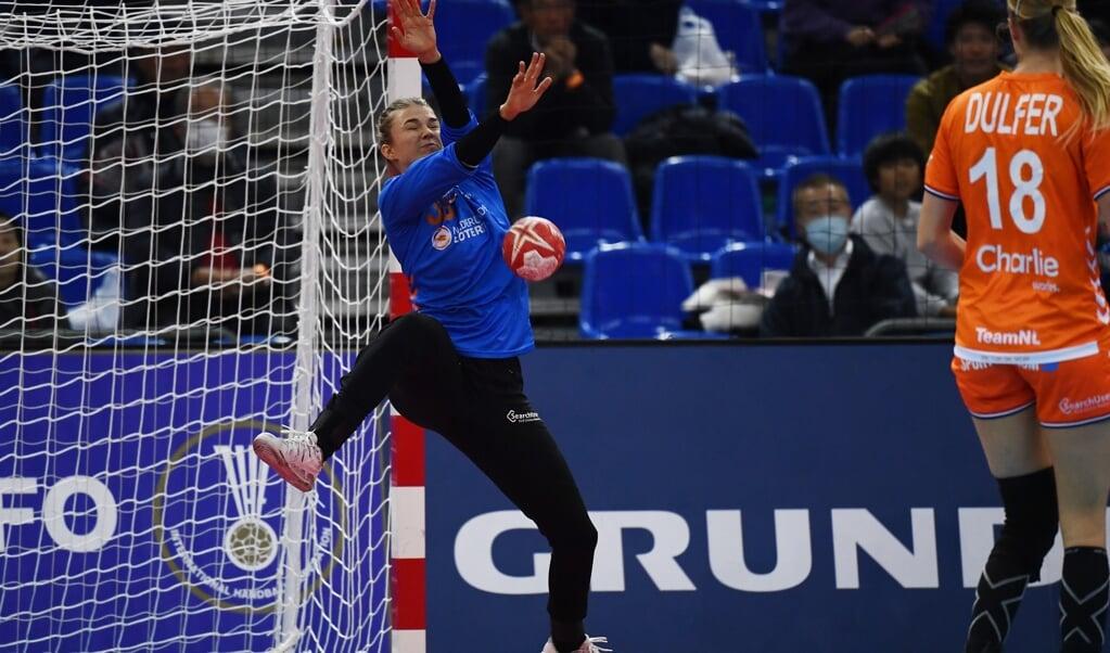Tess Wester werd tijdens het WK handbal van 2019 uitgeroepen tot beste keepster op basis van haar reddingen. Maar ze had ook een goed georganiseerde verdediging voor zich staan.   (beeld afp / Charly Triballeau)