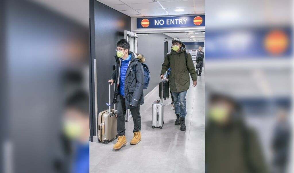 2020-02-01 15:13:50 epa08185658 Tourists wearing face masks arrive to Lapland at Rovaniemi airport in Rovaniemi, Finland, 01 February 2020. The coronavirus, called 2019-nCoV, originating from Wuhan, China, has spread to all the 31 provinces of China and several countries in the world. The outbreak of coronavirus has so far claimed 259 lives and infected more than 11,000 others, according to media reports.  EPA/KAISA SIREN  (beeld Epa/kaisa Siren)