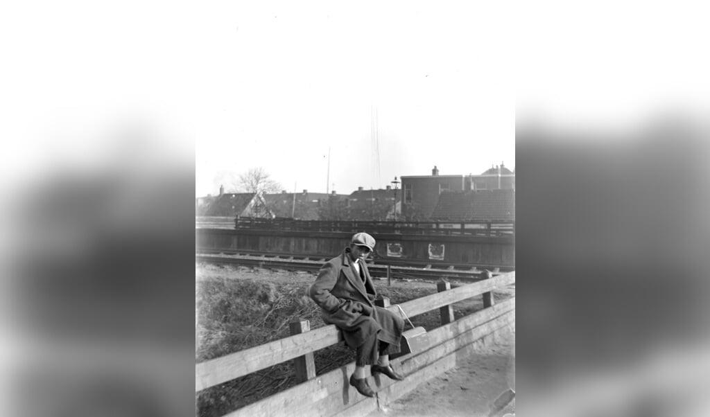 Een Chinese pindakoekjesverkoper, waarschijnlijk in 1932 in Leiden.  (beeld wikimedia commons / W.J. Kret)
