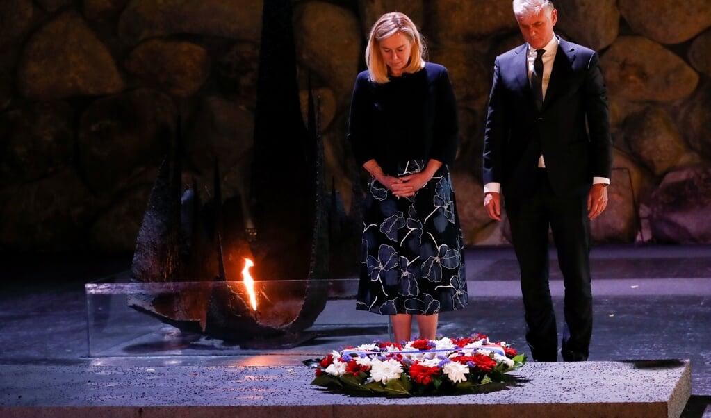 Minister Kaag legt een krans in het museum Yad Vashem in Jeruzalem, ter nagedachtenis aan de slachtoffers van de Holocaust. Rechts de Nederlandse ambassadeur in Israël, Hans Docter.  (beeld anp / Emmanuel Dunand)