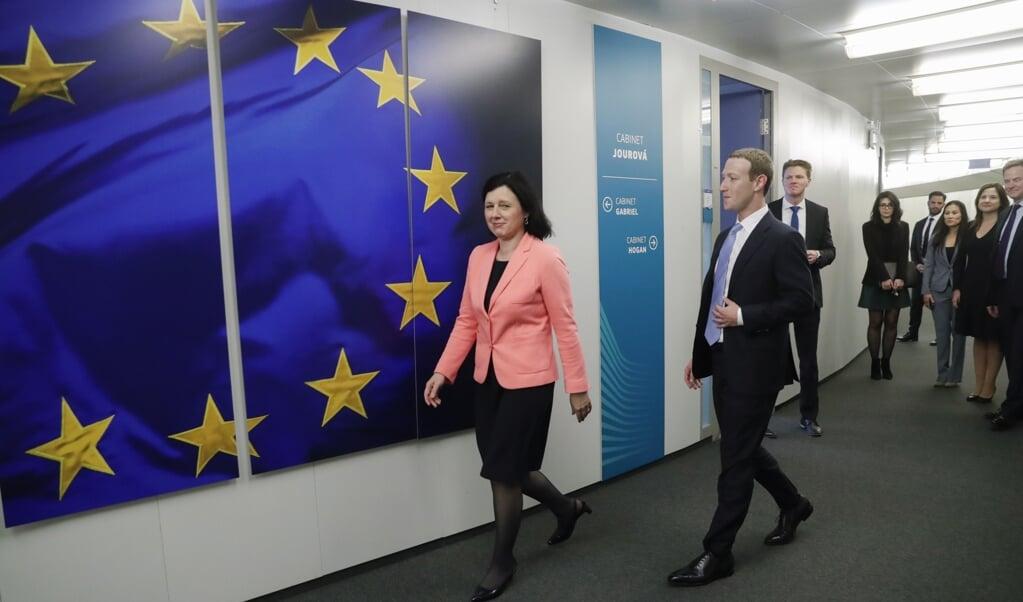 Facebook-CEO Mark Zuckerberg had maandag in Brussel een ontmoeting met Eurocommissaris Vera Jourová van waarden en transparantie.  (beeld epa / Olivier Hoslet)